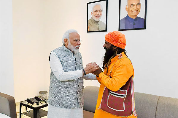 PM Modi meets rickshaw puller who invited him to daughter wedding