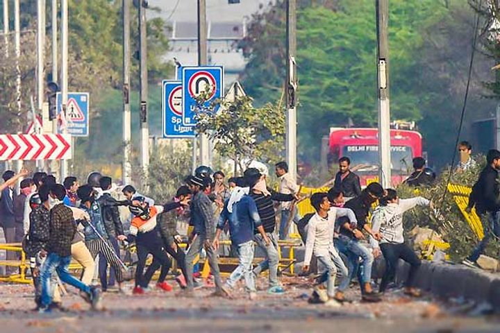 Delhi violence  27 killed till now  HC pulls up police for inaction