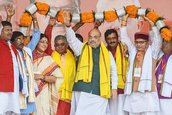 Congress members purify Kolkata Shahid Minar with Gangajal after Amit Shah Rally