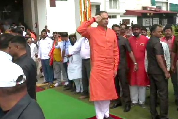 Uddhav arrives in Ayodhya  announces donation of Rs 1 crore for Ram temple