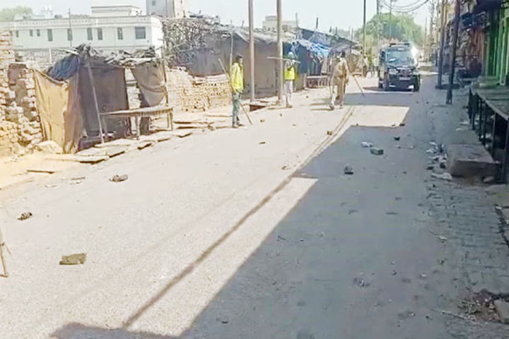 Locals attack cops, pelt stones on being asked to close shops in Aligarh
