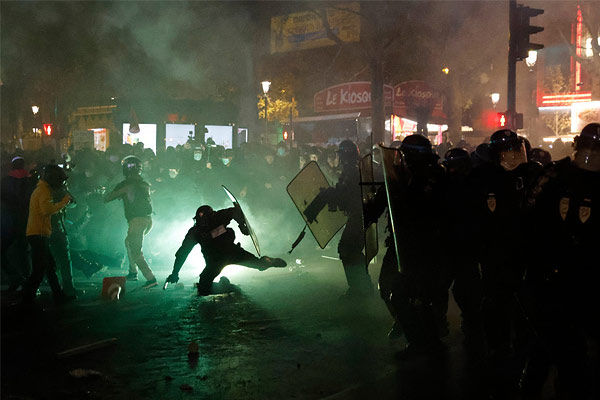 Violent clash between police and protesters in France, fire in shops and cars