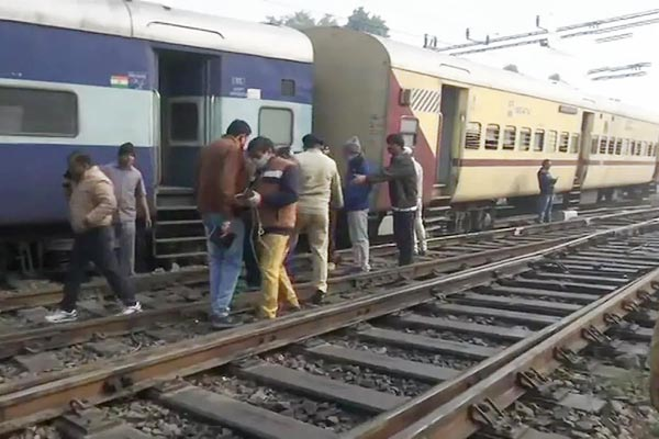 Two Coaches Of Shaheed Express Train Derails Near Charbag Railway Station In Lucknow