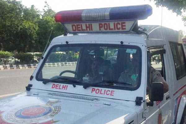 Delhi cop postpones daughter's wedding for Covid duty
