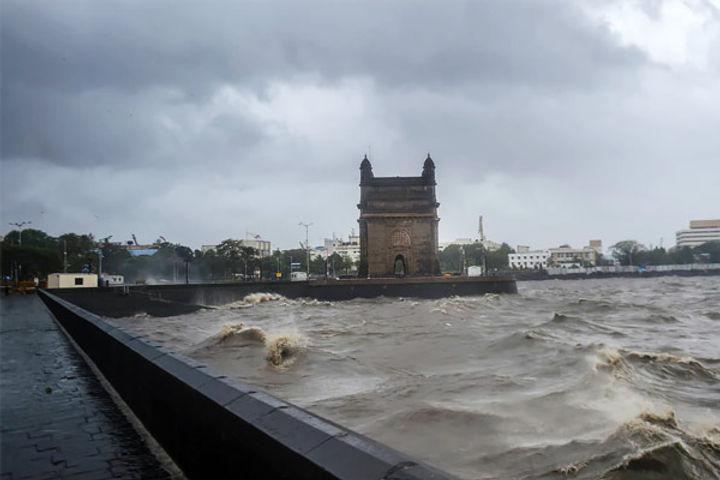 Taukate will hit Gujarat coast by evening Mumbai and Surat airport closed