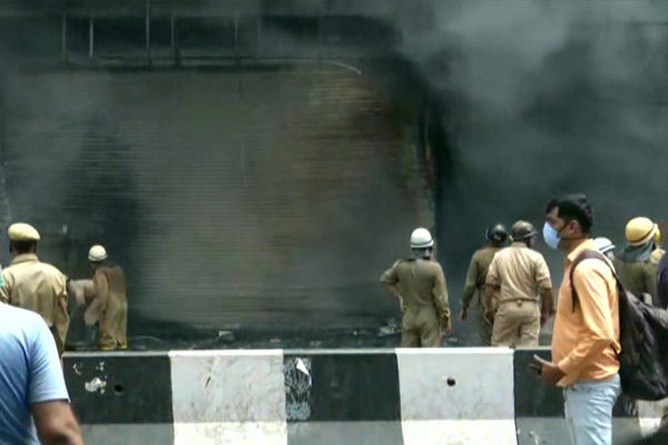 Fire breaks out in clothes showroom in Lajpat Nagar, 30 fire tenders present on the spot