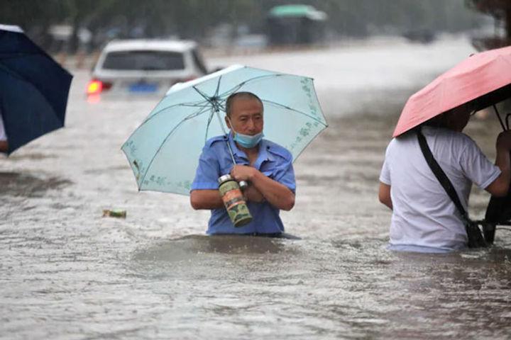 12 killed in floods in China Zhengzhou 100000 people evacuated