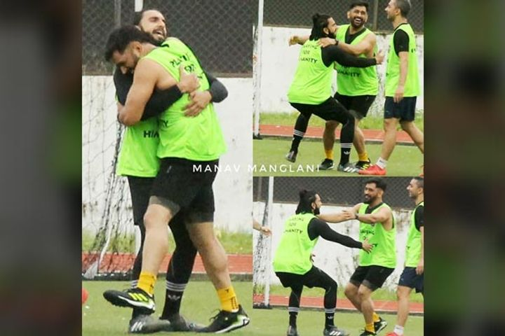 Dhoni and Ranveer were seen hugging each other in the football ground