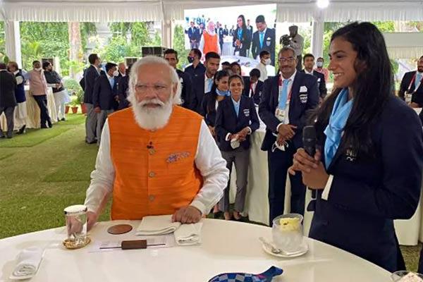 PM Narendra Modi Eats Ice-Cream With PV Sindhu